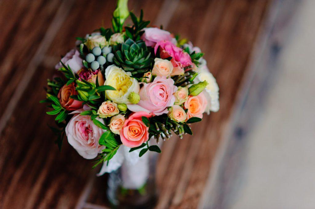 (P) 4 buchete de flori pe care le poti darui persoanelor dragi inainte de Craciun. Afla ce sortimente sa alegi