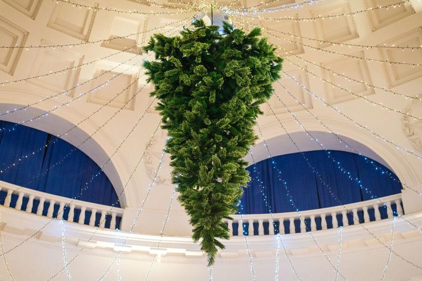 Brad de Crăciun atârnat de tavan și cu vârful în jos