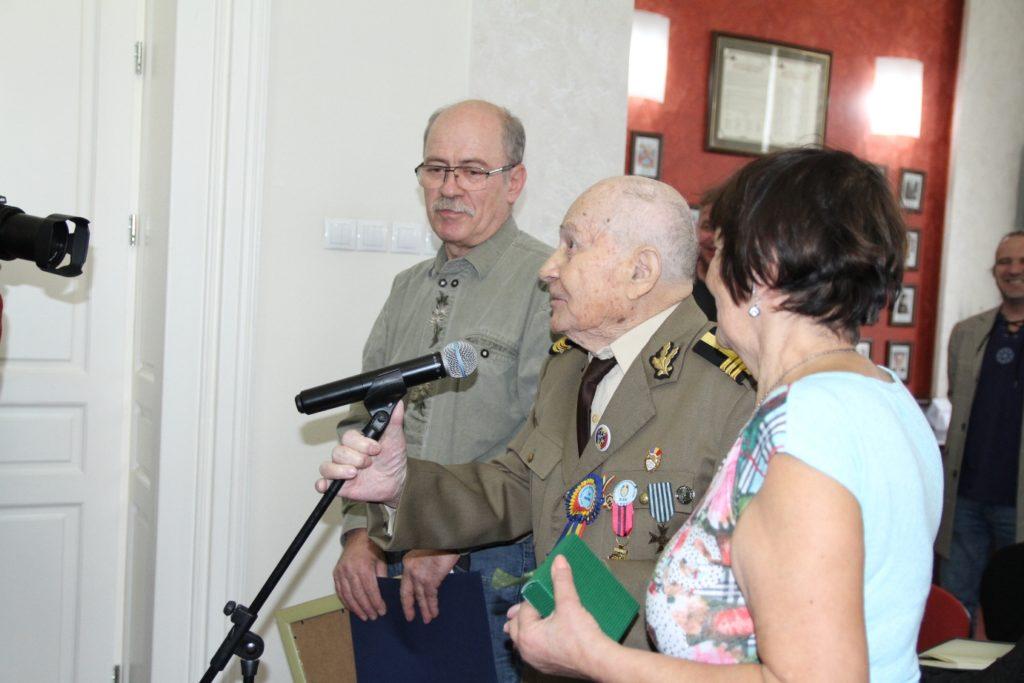 Veteranul de război Emil Veţeleanu alături de familia sa