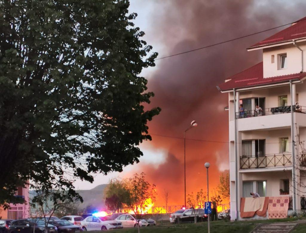 Incendiu masiv de vegetație pe faleză, la Râmnicu Vâlcea