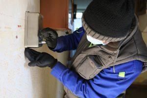 VIDEO: Primăria Turda a început să monteze dispensere cu dezinfectanți în scările de bloc