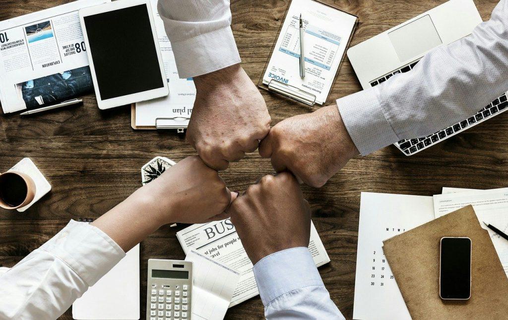 O bună comunicare la locul de muncă construiește încredere