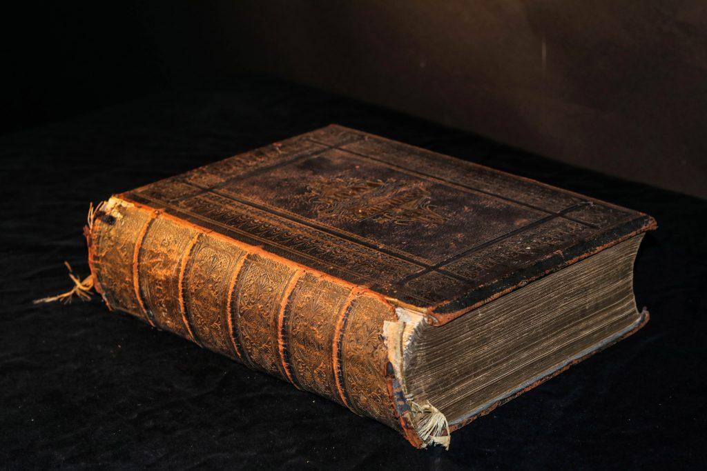 Cartea este motiv central în poezia Testament