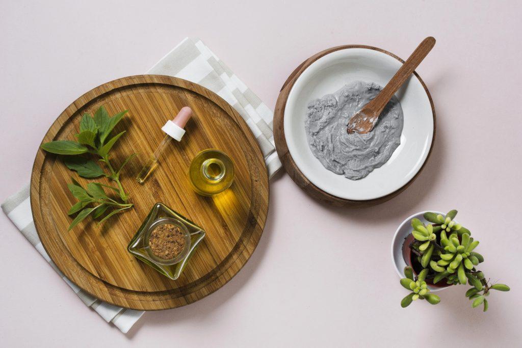 Măști de față cu argilă, ideale pentru revitalizarea tenului.
